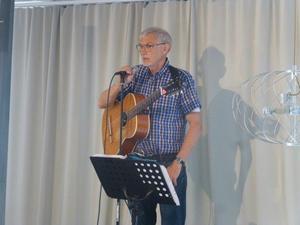 Kjell Barkman spelar och sjunger. Foto: L Norlander.