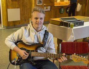 Henrik Fahlin Markström har spelat gitarr i ungefär ett år och tycker höstlovsjammet varit roligt och lärorikt.