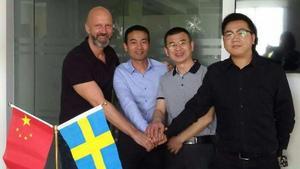 Lars Eklund, delägare Sunds Fibertec, Steven Zhang, vd Kinabolaget samt två representanter från myndigheterna i Shanghai, Kina. Bild: privat