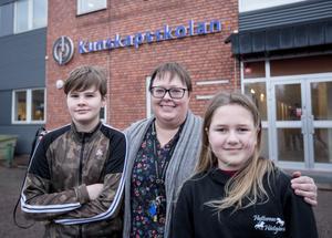 Noah Gustafsson och Amanda Östling tillsammans med läraren Helen Ekgren.