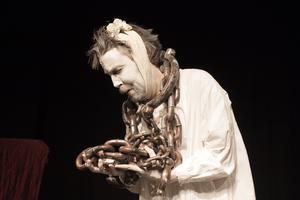 Tyngd av kedjor i evighet. Martin Anngård spelar spöket Marley i Studio Westmannias uppsättning av Charles Dickens
