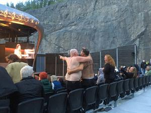 Publiken var inte så stor, men med på noterna och somliga följde Iggy Pops egen klädkod.