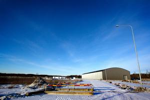 Crosshallen i Tierp är kraftigt försenad, nu vill kommunen häva avtalet med företaget som bygger hallen.