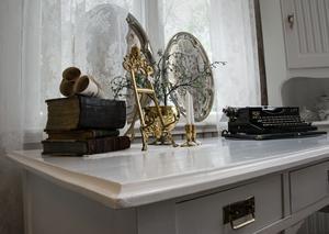 Varje bord är fint dekorerat med olika loppisprylar som också gå att köpa.
