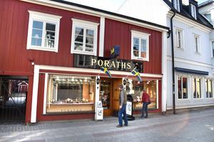 För att kunderna ska komma in på Poraths Guld måste en butiksanställt öppna ytterdörren med en knapp.