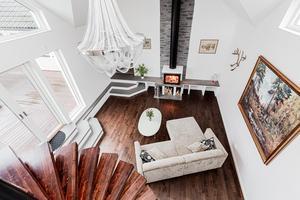 Det är 5 meter till taket i mysrummet i husets utbyggda de. Foto: Marijo Grgic/ Bostadsfotograferna