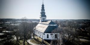Köpings pastorat stäms sedan man först gått med på en uppgörelse och sedan backat, när man i vintras ville bli av med den präst som misstänkts för misshandel av sin tidigare fru och sin tidigare sambo.