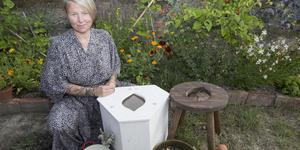 Hölöbon Rebecca Tiger har dammat av traditionen med hukbad i Sverige och gett metoden namnet snippsauna. Hon har tagit amerikanska distanskurser för att bli certifierad vaginal steam facilitator.