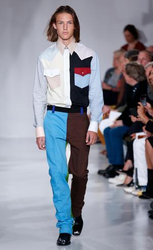 Vårens trendfärger med en skjorta med två bröstfickor och slappa brallor hos Calvin Klein. Helt rätt.Foto: Kathy Willens/TT