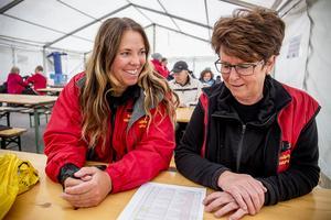 Nöjda arrangörer för backhopparklubben är Britt-Marie Flemström, till vänster,och  Gunilla Jonsson.