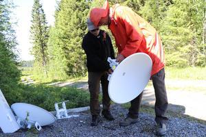 Göran och Pelle från OSS Matfors hjälpte till med monteringen på marken av radiolänkarna.