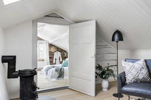 Övervåning med bland annat sovrum.  Foto: Svensk Fastighetsförmedling Arboga