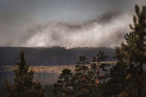 Rök stiger från branden på Älvdalens skjutfält i Trängslet.