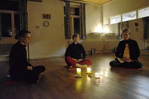 Sittande övningar. Birgitta Andersson, Monika Johansson och Pernilla Gäverth utövar falun gong i gamla varmbadhuset i Askersund. Foto: Veronica Svensson