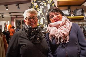 Maria Ström och Marianne Rudh gör Tjejkvällen till en glad kväll på stan.