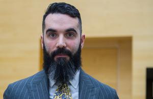 – Vi har ett vittne som kommer att vittna i tingsrätten, som styrker att min klient inte var på platsen. Han är felaktigt utpekad, säger Ersin Aziman.
