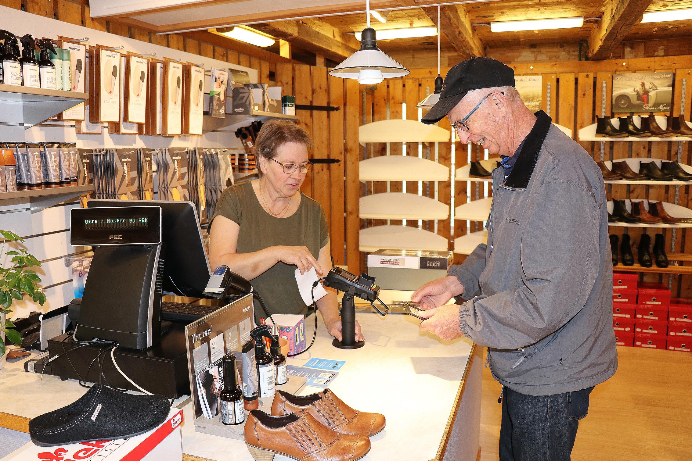 Bildspecial: Tillverkningen av skor har gått igång på nytt
