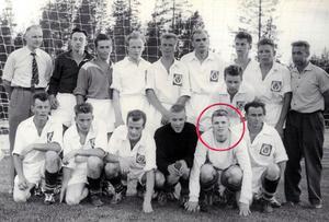 Tore Svensson, markerad i rött, inför en match med Västerdalslaget. Foto: Privat