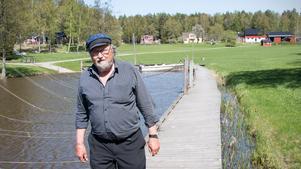 Vattenkvalitén i Mälaren har blivit ett stridsämne mellan de boende och kommunen. Roland Karlsson hävdar att hans lösning med en lokalt reningsverk ger det renaste vattnet.