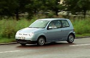 Foto: OLLE HILDINGSON Slimmad snålvarg. VW Lupo 3L har genomgått en bantningskur på 150 kilo. Dessutom har kjolar och slät undersida sänkt luftmotståndet. Och specialdäck rullar lättare än vanliga.
