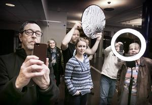 Ove Pettersson, till vänster, och Tobbe Arnesson, i mitten, höll i fotokursen, där kursdeltagarna fick agera fotoobjekt.