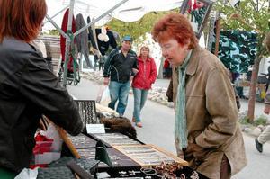 """Anna-Britt Nylander från Svenstavik brukar besöka marknaden. """"Jag har besökt Älghälga nästan alla år. Det är roligt att det händer någonting"""", säger hon. Foto: Sandra Högman"""