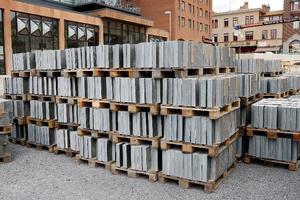 I går kom de första 450 kvadratmetrarna skiffer till Stortorgets ombyggnad. Varje platta är nästan sju centimeter tjock och de har tre olika bredder för mönstrets skull. Foto: Jan Andersson