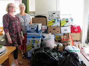 Ingela Karlsson från Svenska kyrkan och Ingrid Andersson från Schönbergskyrkan deltar i att samla in kläder och skor till de asylboende i Gysinge.