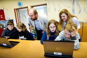 Axel Gustafsson, Hugo Mattsson, Elin Ademaj och Felix Sundgren testar programmering och Olivier Heidmann och Hariklia Tsalapatas i projektet Cminds tittar på.