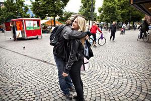 Madeleine Flodin tar tacksamt emot Jesper Lissmark Hults gratiskram.
