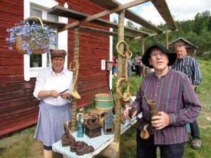 Marianne Hjort och Olof Fransson trivdes som bara den i det fina vädret. Bakom ser vi Gösta Sjölund som numera är en riktig Härjedaling efter många år i Sundsvall.