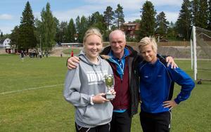 Lika dominant som Usland på senare år varit bland mellanstadieskolorna i Sundsvallsområdet, lika stark står sig Bergsåker på högstadiet. Wilma Wärulf, 9C, och William Persson, 9 B, flankerar här populäre läraren, Pelle Ljungström.