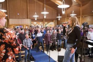 Anna Sahlene, till höger i bild och Anki Spångberg leder den 400 personer starka kören under repetitionen i Betlehemskyrkan.
