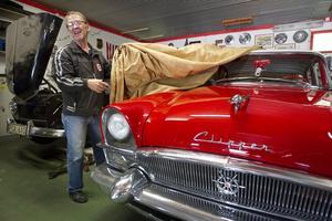 Avtäckning. Jimmy Andersson visar upp kompisen Bror Färds Packard Clipper på 2,5 ton som kommer att bli ett blickfång på Power Meet.