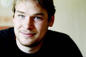 En jämtländsk cowboy. Sven-Erik Svensson är 24 år och uppvuxen i Krok. Just nu bor han i Östersund tillsammans med sin sambo. Men det är bara en temporär lösning, det är han noga med att förtydliga. Är man vid milslånga vidder utanför köksfönstret känns en lägenhet i stan som ett fängelse.
