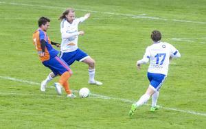 Simon Sigvardsson prövar skottlyckan, men Lars Skärpe hinner fram med en fot.