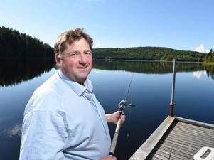 Svante Båth laddar upp inför Svenskt Travderby med lite fiske hemma i stugan i Huljen utanför Sundsvall.