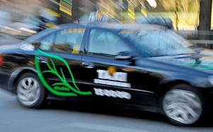 Körkortsindragningen halveras för en taxichaufför i länet.