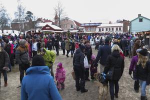 Årets julmarknad på Jamtli var nummer 29 i ordningen och firade det på lördagen med takdropp och blidväder. Men tusenden och åter tusenden löste in sig.