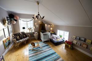 De två barnrummen på övervåningen har precis renoverats. Här ryms en blandning av nytt och gammalt. Intill rummen finns två förmak, små utrymmen med handfat som även de har gjorts i ordning.