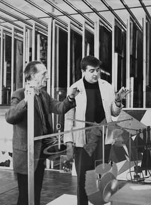 """Marcel Duchamp och Ulf Linde, 1961.""""Éntant donné """". Duchamps sista verk.Till vänster  """"Fontän"""", Duchampsignerad R. Mutt."""