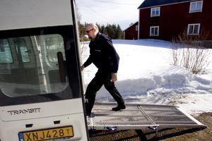 Det är lätt att lasta rullstolar in i bussen. Det är bara att köra in dem på rampen. Bengt Forslin är på väg in att hämta en passagerare.