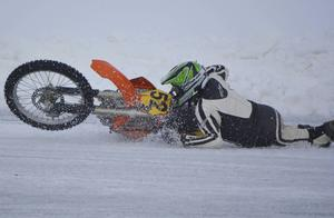 Dramatik i Open/Oldsboys: I sista kurvan på sista varvet kolliderade Lars Nordström och Anders Olsson. Olsson kör omkull i hög fart, men klarade sig dessbättre från att bli påkörd av de övriga i fältet.