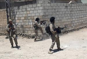 IS-krigare i strid i Syrien. Även svenskar reser iväg för att slåss på deras sida.