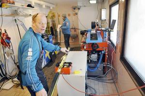 Lorentz Söderhielm är den svenske slipexperten som arbetar i ett hemligt rum i Falun och avslöjar att han har en ny succéstruktur redo om det blir rätt väder. I bakgrunden syns svenske vallningschefen Urban Nilsson.