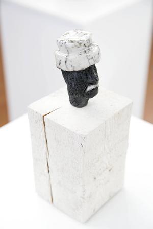 Sanna Seppänens Zorn-skulpturer är utförda i raku-teknik.
