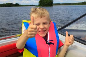 Lycklig kille som äntligen (efter en massa regniga dagar) fick åka båt på Mälaren! Det blev inte bara en, utan två tummar upp!