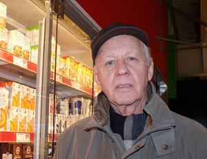 Karl-Bertil Bjurström, Timrå, bor rakt över gatan och uppskattar närheten.