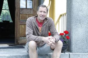 Gästerna på Johan Adlercreutzs vandrarhem får köra en lång omväg för att ta sig dit.