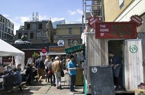 Bildtext 8: Matstånd, folkmingel och konst går hand i hand i östra London.   Foto: Elin Swedenmark